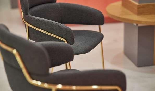 кресло в офисе